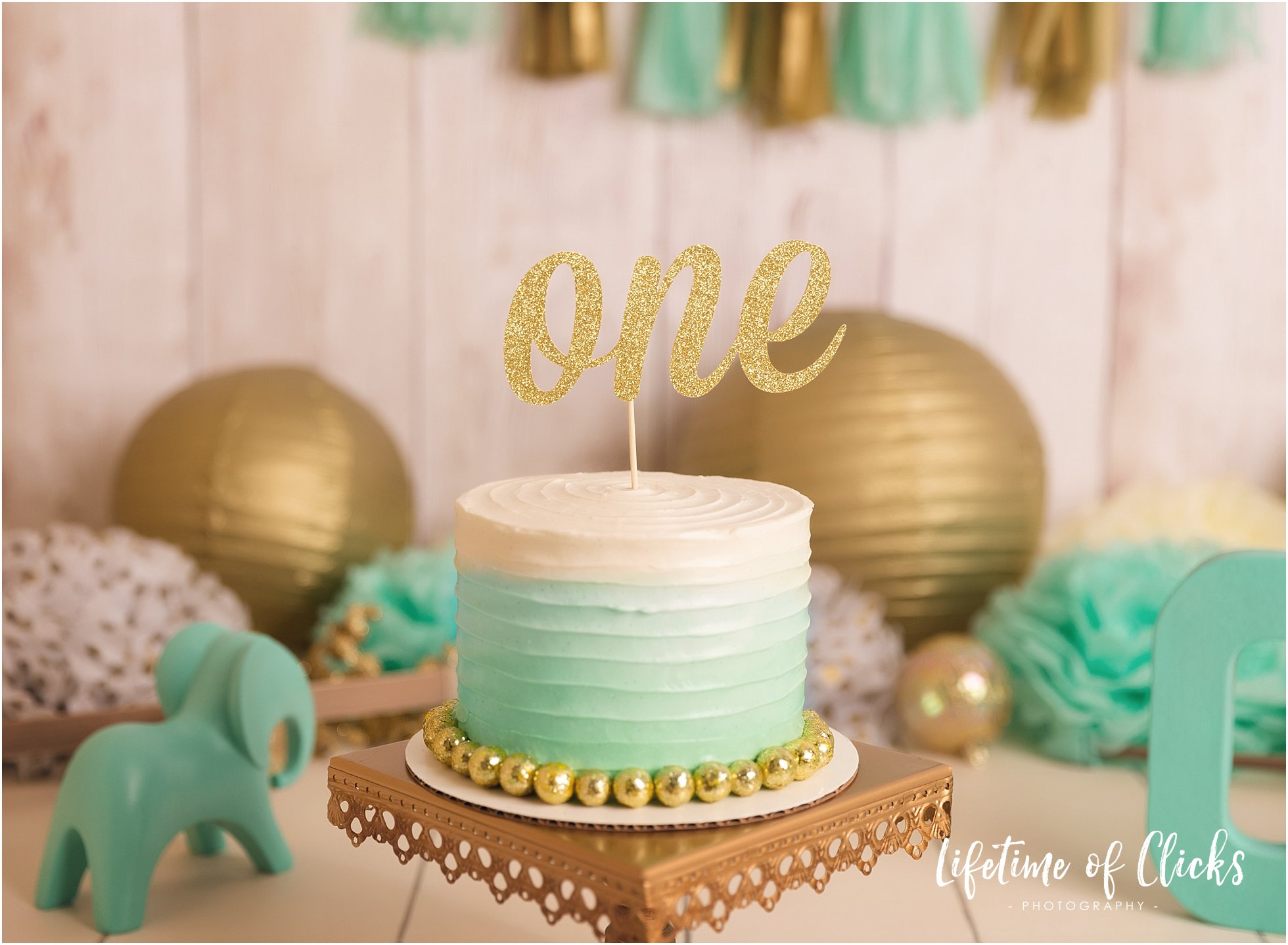 Decorative cake for cake smash session in green and gold